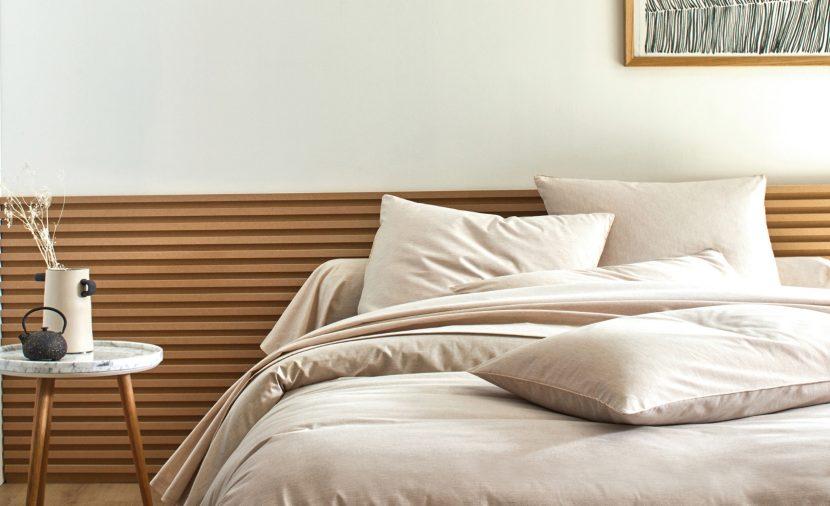 Chambre zen avec linge de lit en lin