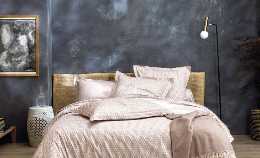 Photo linge de lit chanvre et fond ardoise