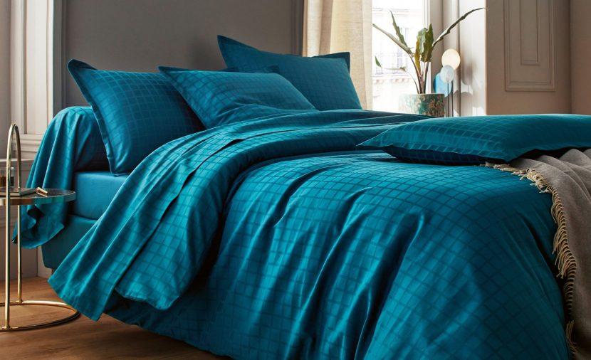 Photo linge de lit bleu paon