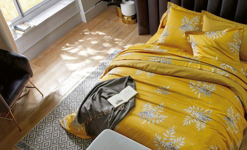 Photo lit double vue du dessus linge jaune curry