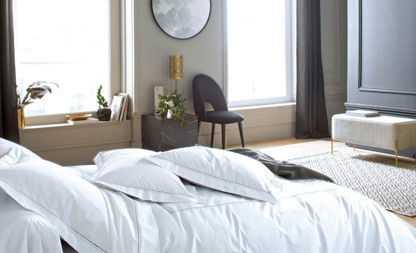 Photo de lit avec des draps blanc dans une chambre design